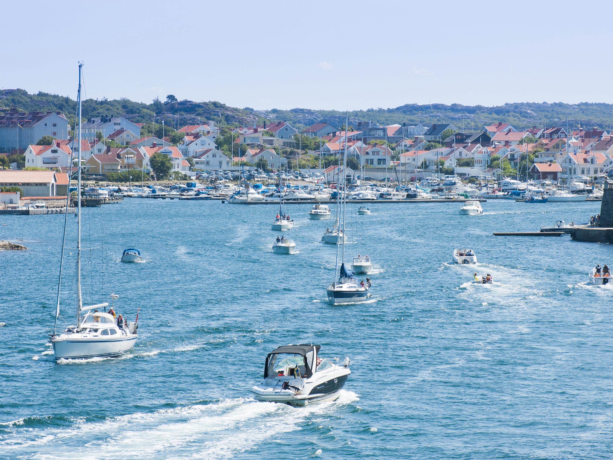 båttrafik genom sund på västkusten
