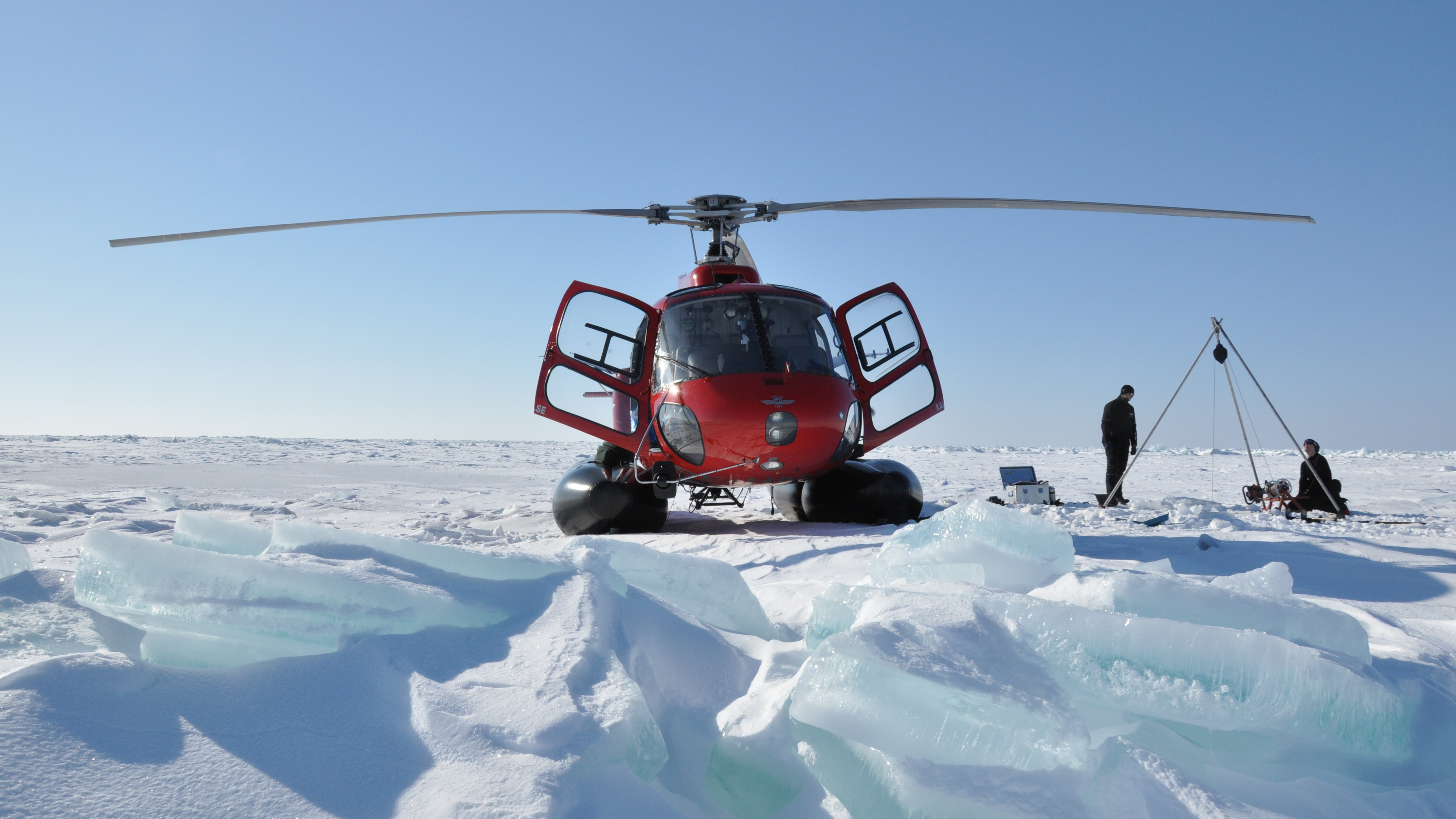 vattenprovtagning på is med helikopter i Bottenviken