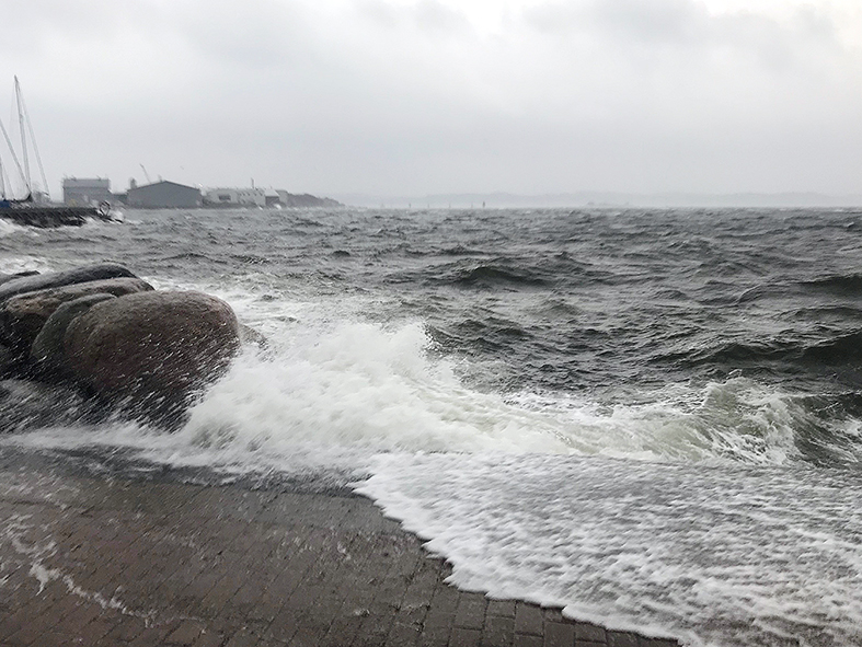 vågor slår upp på kaj i Lysekil