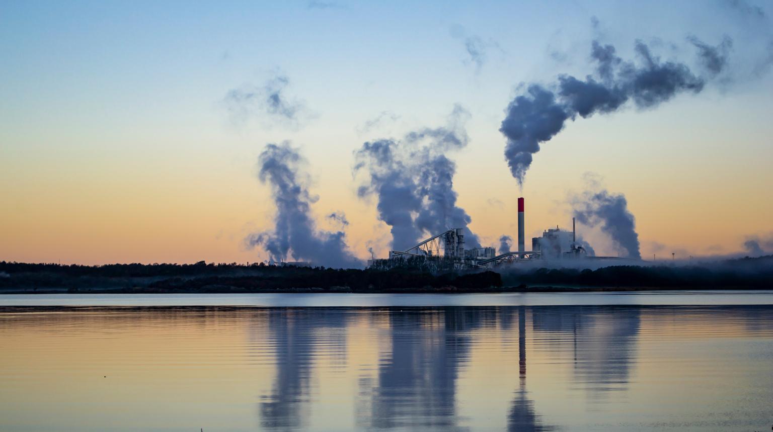 Förorenande industri vid kusten.
