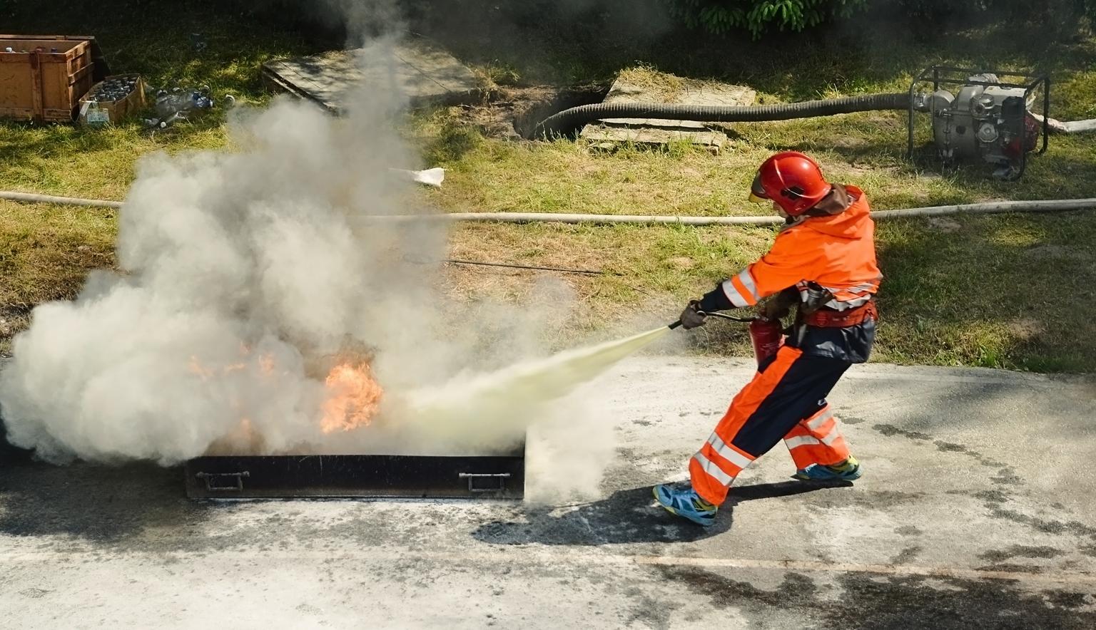 Brandsläckning med skum pågår.