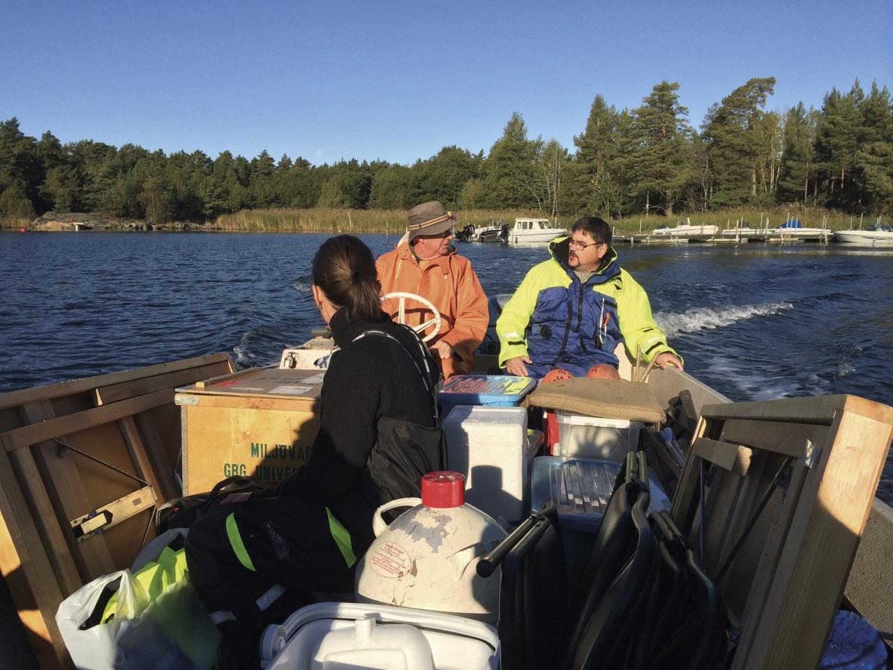 Provtagare och utrustning i båt på Kvädöfjärden