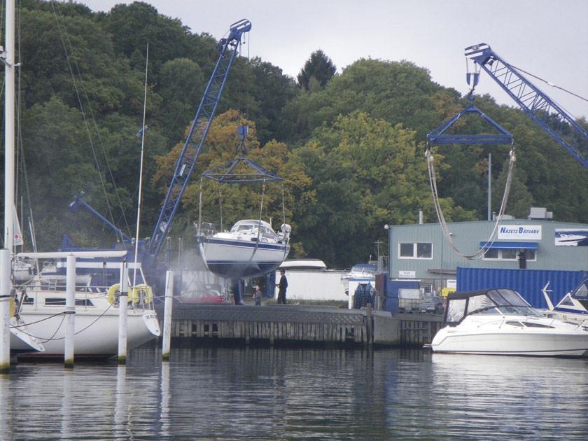 Rengöring av båtskrov på spolplatta vid Näsets Marina, Göteborg