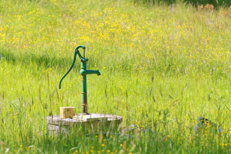 Vattenpump på sommaräng