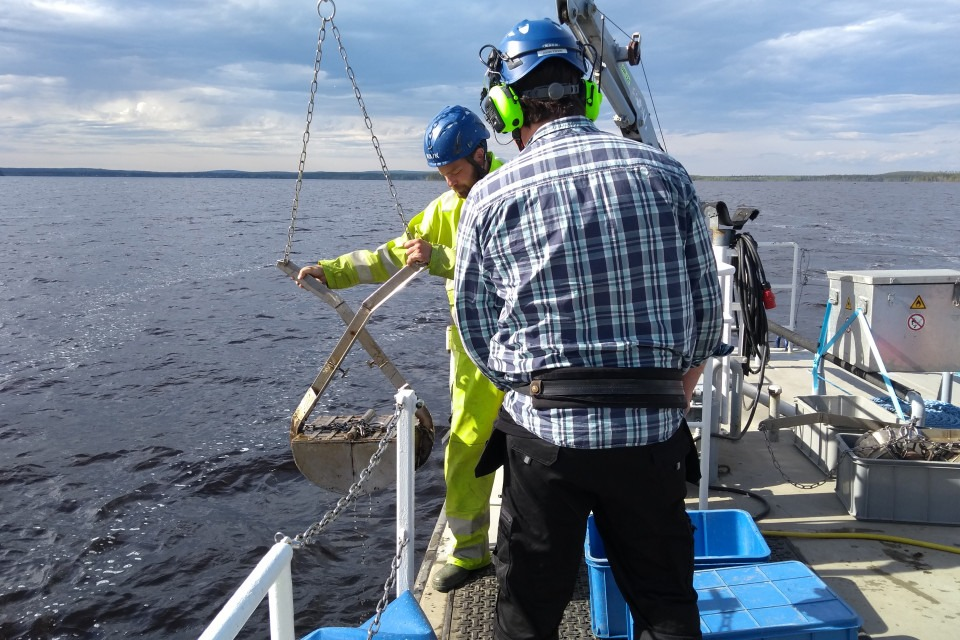 Provtagare med huggare i Östersjön