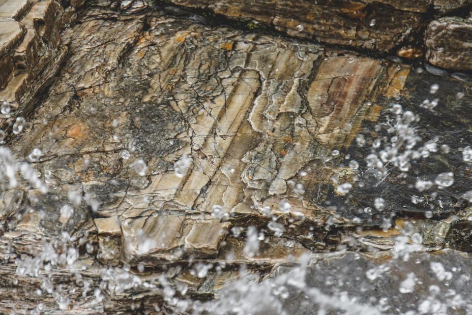 vatten stänker på sten
