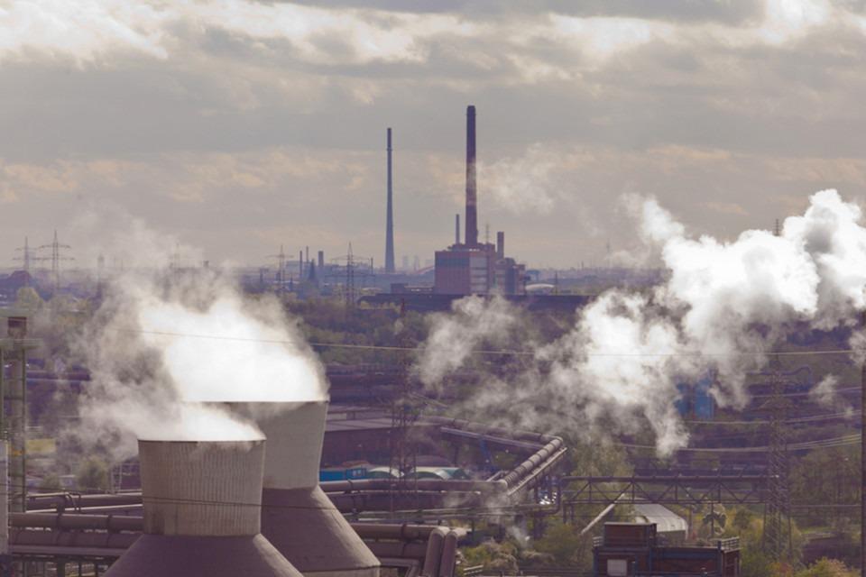 Rykande skorstenar vid stålindustri.