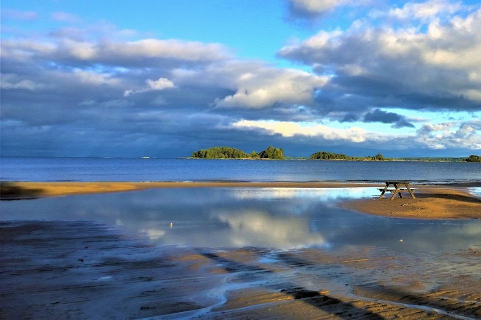 Utsikt från en strand vid Vänern med sittplats