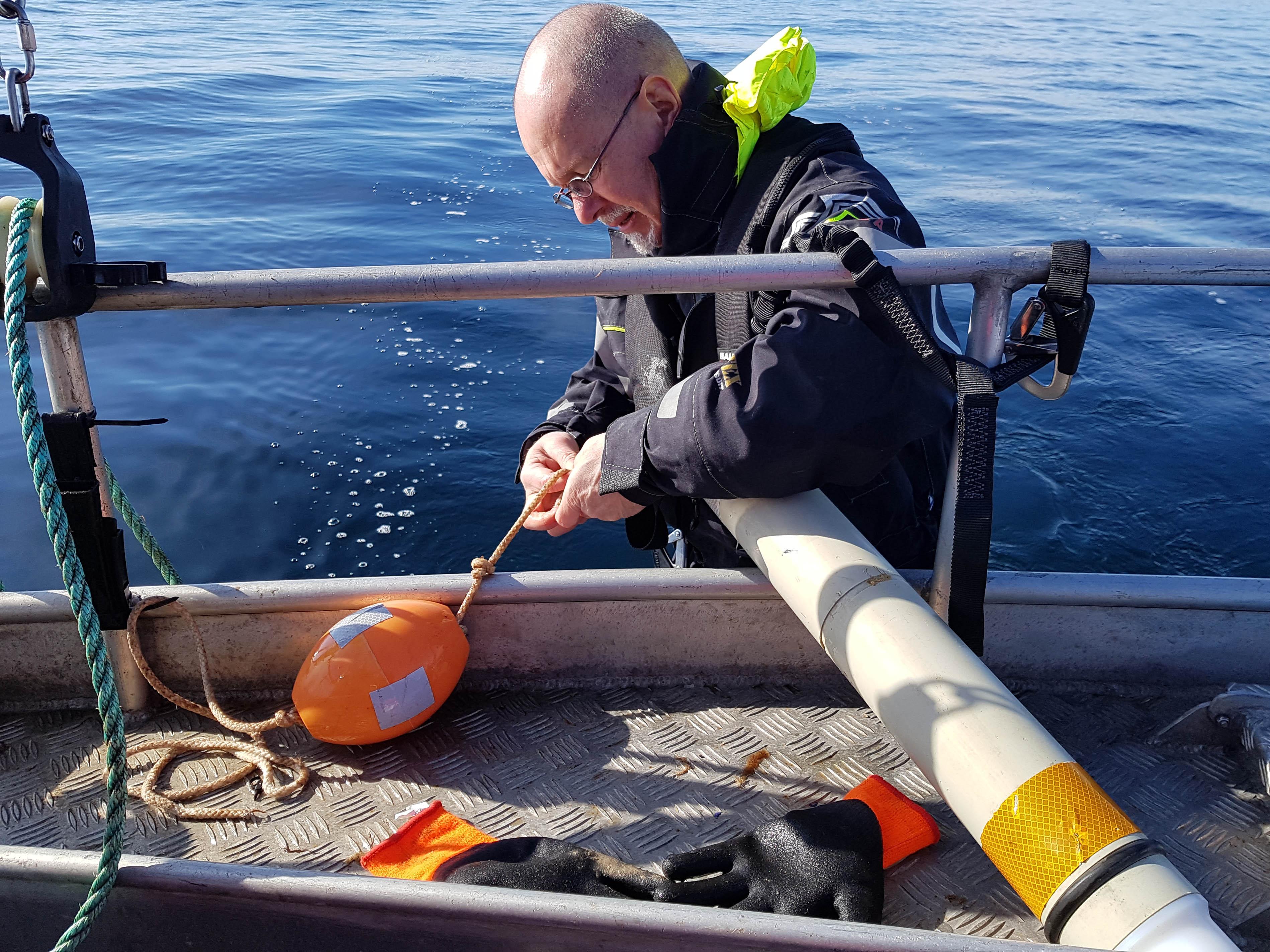 Båt och instrument som används för att övervaka tumlare